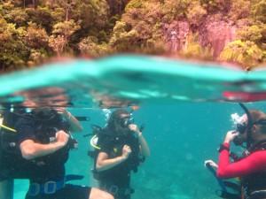Pauline et Julie: Baptême de plongée avec Eric